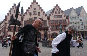"""FÜHRUNG MIT SCHAUSPIELERN DURCH DIE ALTSTADT: """"DES BADERS ROTES RÖCKCHEN"""" @ Römerberg am Justitia - Brunnen"""